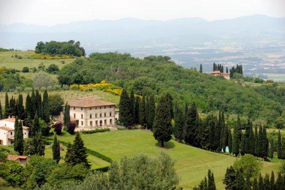 vue aérienne d'une villa sur une colline arborée