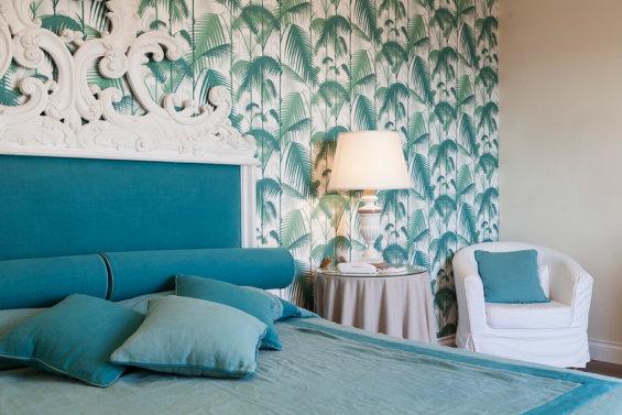 Détail tête de lit et lampe de chevet dans les tons bleus et blanc