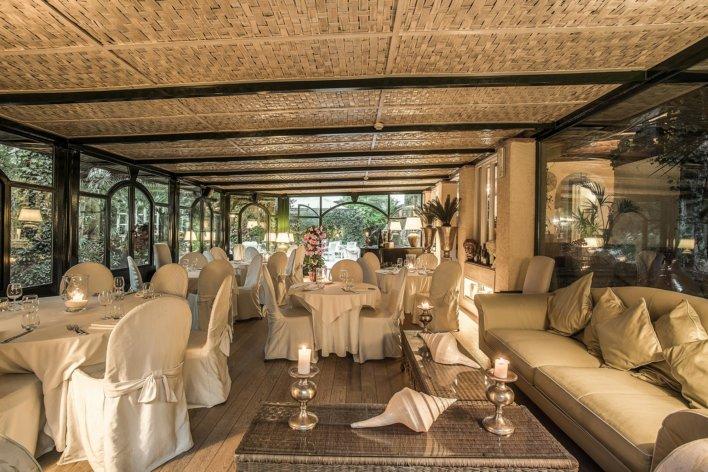 Salle à manger en rotin et détail de lumière feutrée