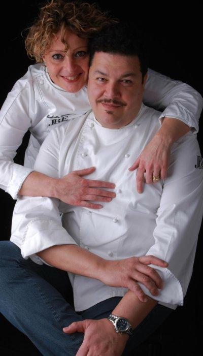 Une cheffe et un chef en veste blanche de cuisinier