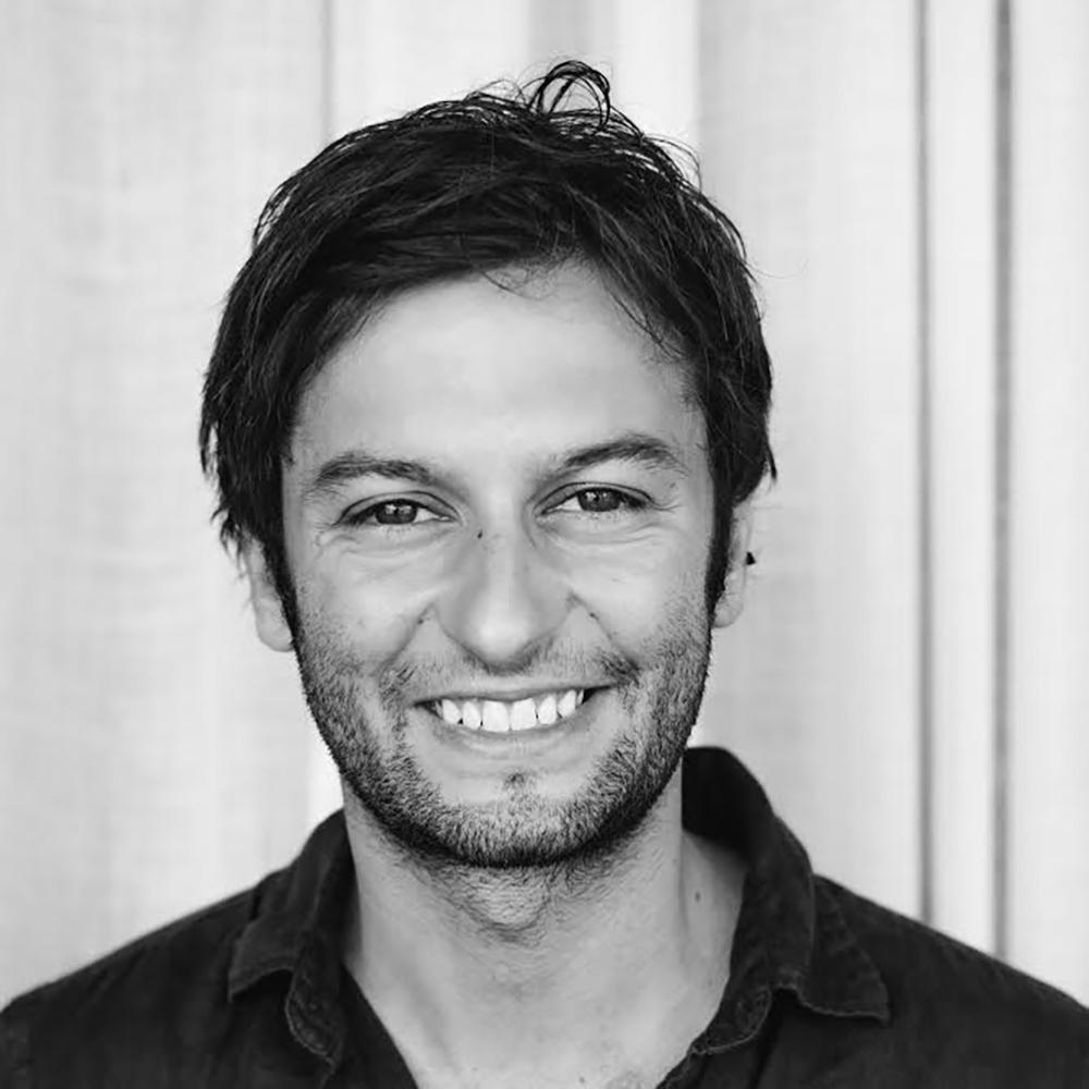 Portrait noir et blanc d'nu homme souriant