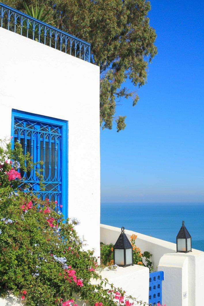 Maison blanche et boiserie bleu avec vue mer