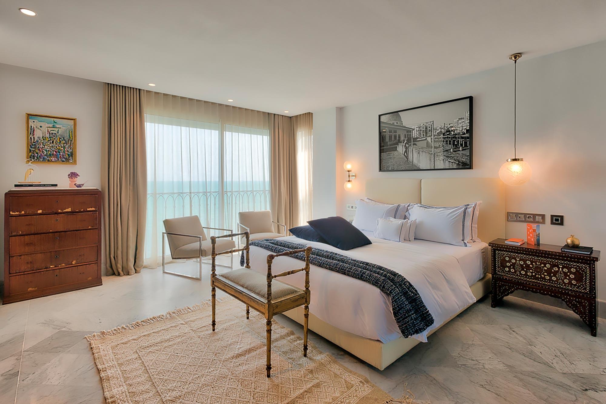 Chambre double, guéridon en bronze et baie vitrée avec vue mer