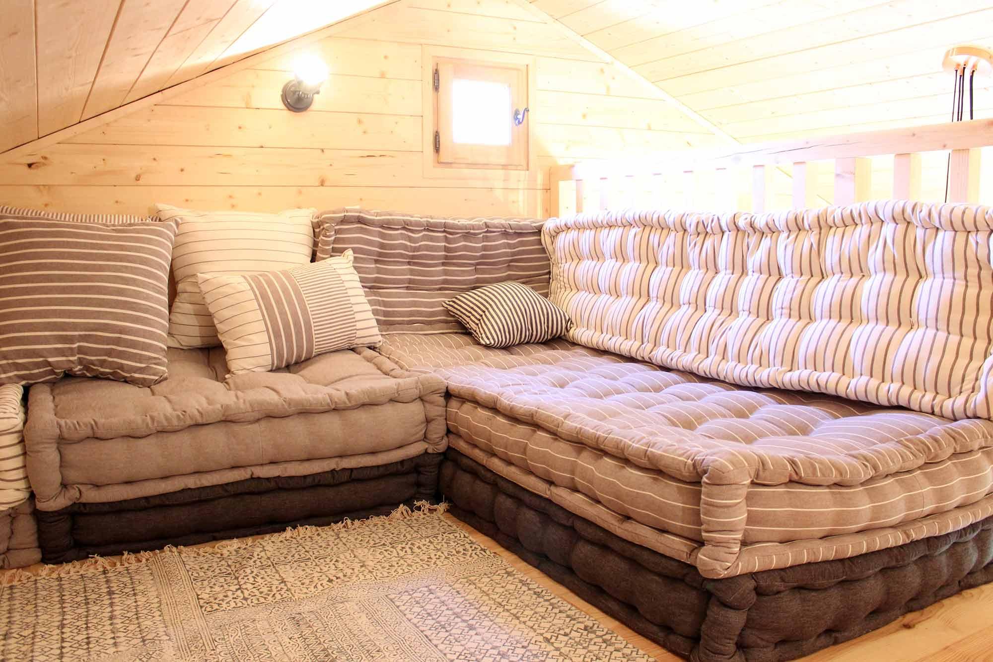 Mezzanine sous toit avec canapé en matelas mauve