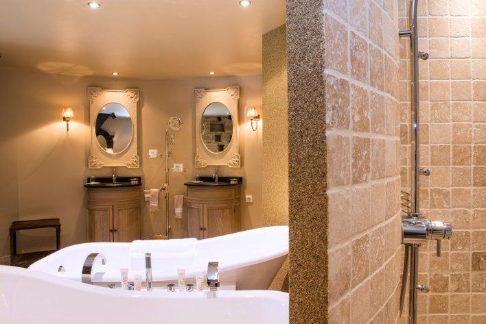 Salle de bain avec double baignoire et double vasque