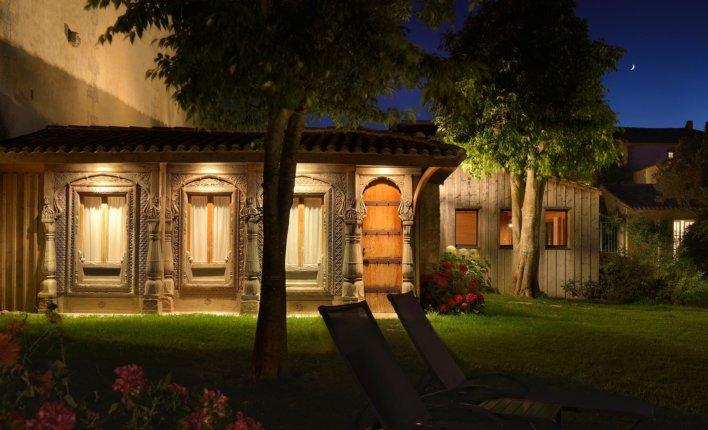 Cabane en bois dans un jardin à la nuit tombée