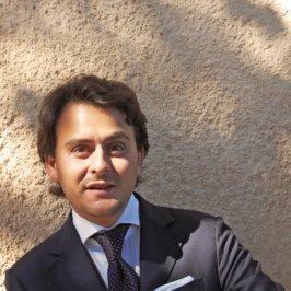 Portrait d'un homme en costume et cravate bleu marine, chemise bleu ciel