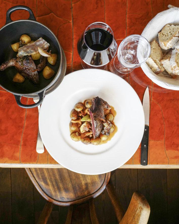 Plat de viande et pommes de terre avec un verre de vin rouge