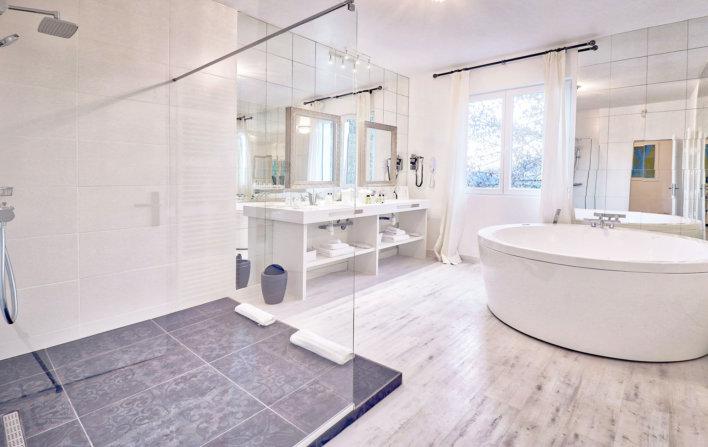 Photo lumineuse de la salle de bain, avec douche italienne et jacuzzi