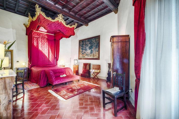Chambre décoré de meubles anciens