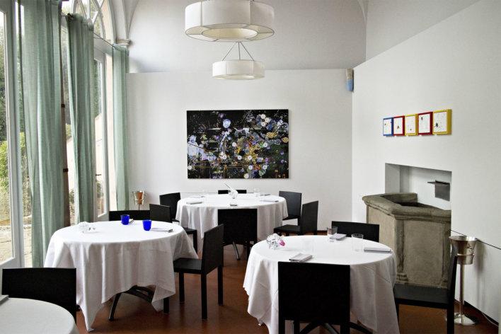 Salle du restaurant avec quatre tables et des chaises de couleurs noir