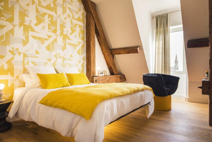 Chambre décorée en jaune