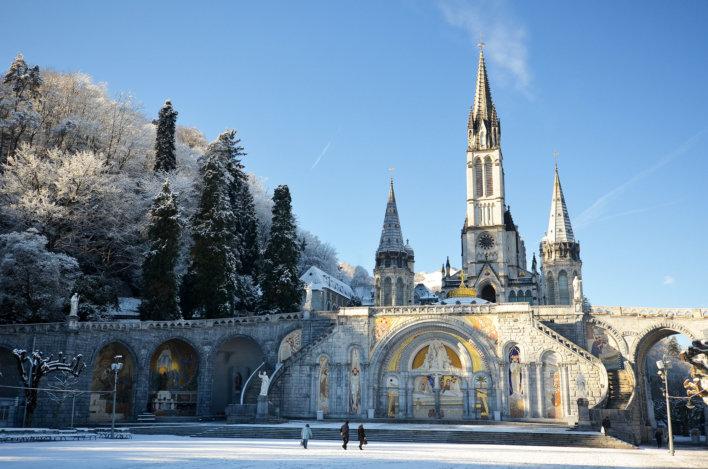 Neige et cathédrale de Lourdes