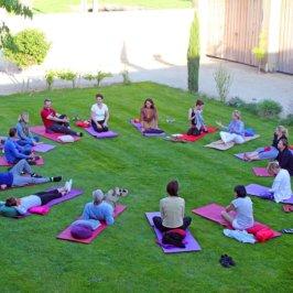 Groupe de personnes qui font un cours de yoga