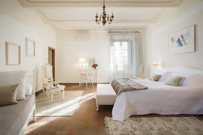 Chambre lumineuse et spacieuse avec une décoration blanc et épuirée