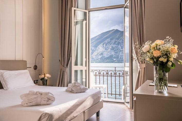 Grande chambre vue lac avec bouquet de fleur sur console