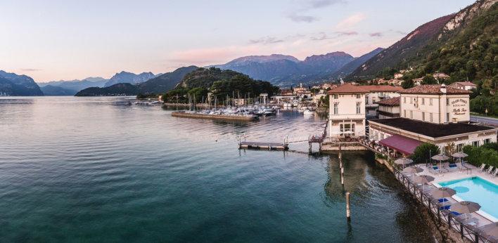 Hôtel en bord de lac avec pontons et petits bateaux