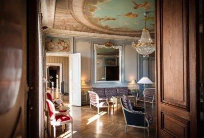 Salon type château, boiseries et meubles anciens, fresques au plafond