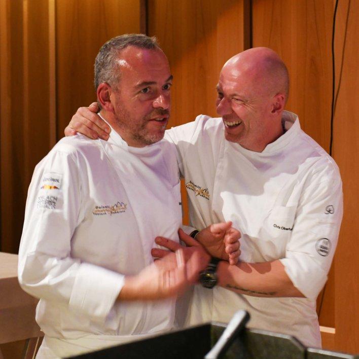 Deux chefs en veste de cuisiniers, en train de discuter