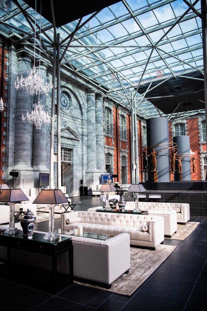 Grand salon sous verrière avec hauteur sous plafond de treize mètres