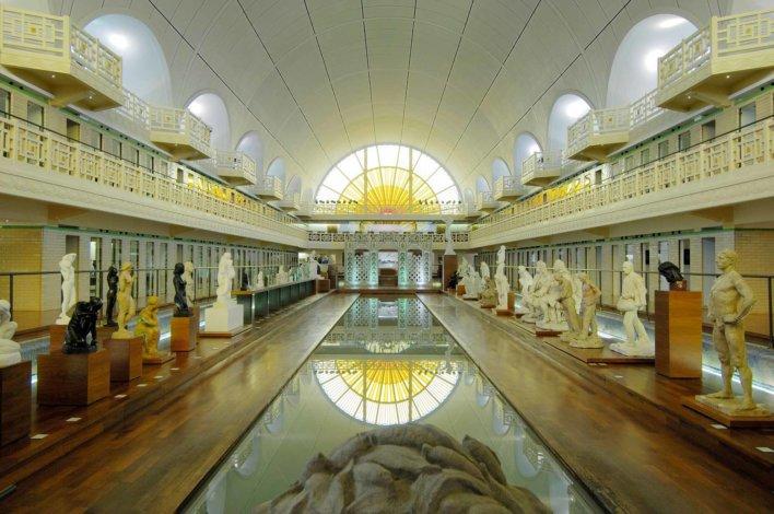 Musée dans une ancienne piscine, cabine sur le côté et bassin au centre