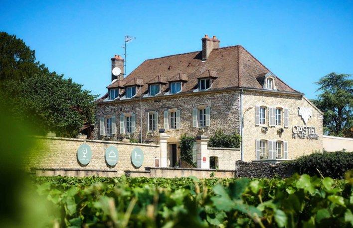 Façade extérieur du Castel De Très Girard avec un aperçu du vignoble