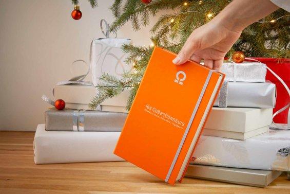 Coffrets cadeaux déposé au pied d'un sapin, ambiance de Noël avec plusieurs paquets autour