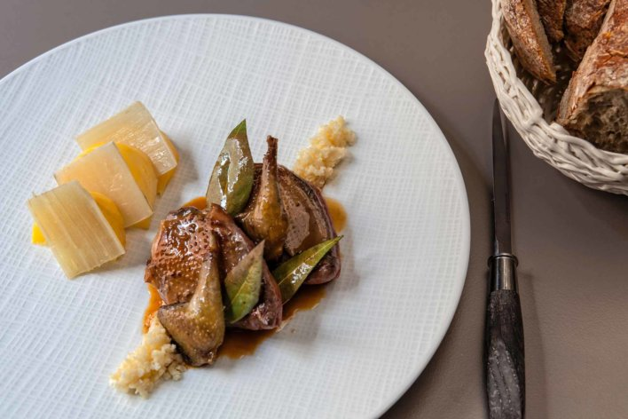 Plat de volaille en sauce et légumes de saison, panière à pain