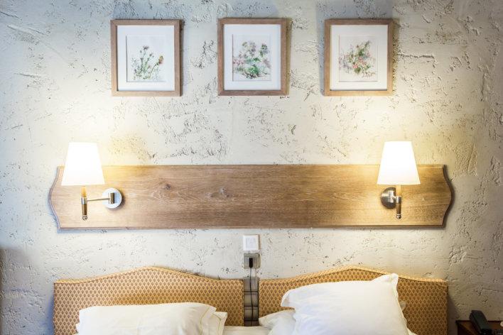 Photo du haut du lit où l'on voit les deux oreillers de couleur blancs