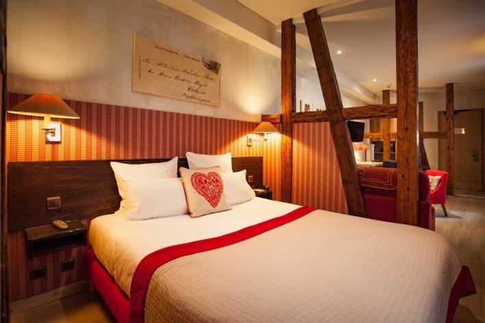 Chambre ouverte, lit double et décoration type alsacienne