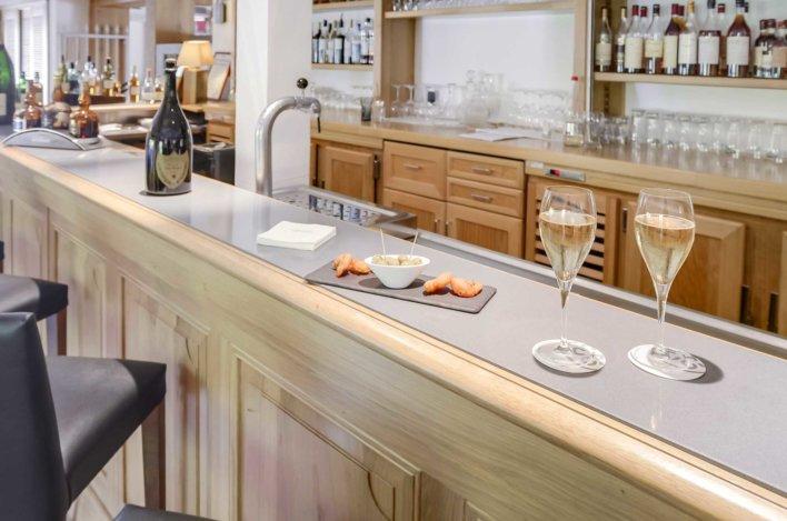 Bar avec deux coupes de champagnes et quelques olives
