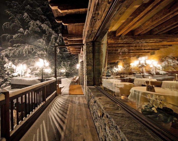 Salle de restaurant de montagne, typique d'un imposant chalet