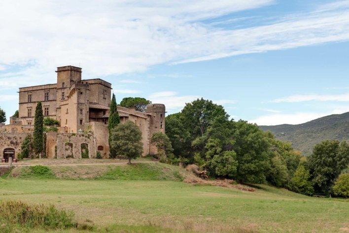 Ancien moulin type provençale dans une vallée