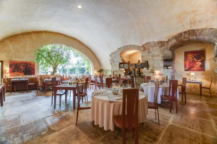 Salle de restaurant voûtée de pierres blanches