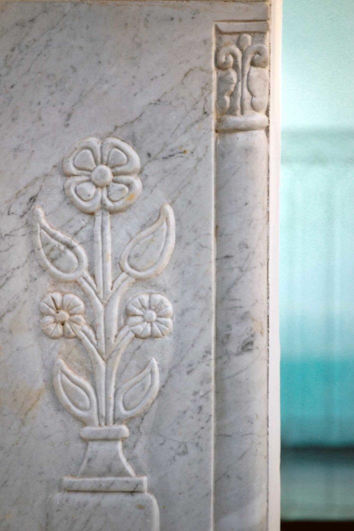 Détail d'une colonne en marbre blanc et arrière plan bleu azur