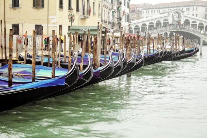 Gondoles sur la Grand Canal