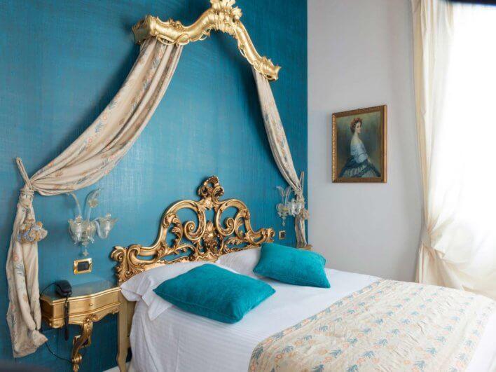 Beau lit double d'une suite de l'Hotel Villa Gasparini