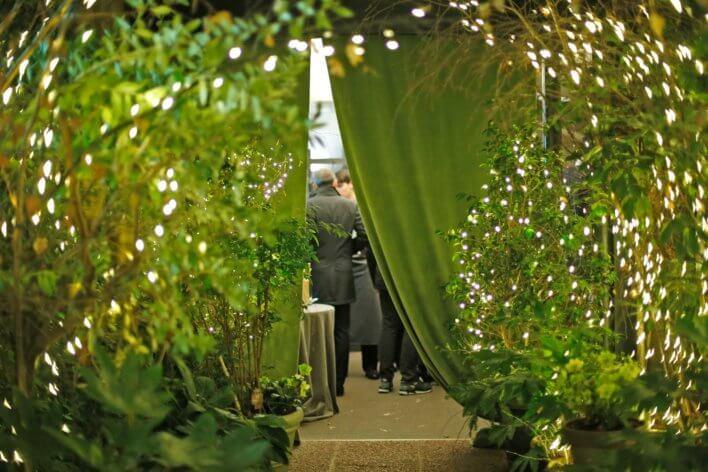 Entrée d'une restaurant avec des rideau vert et guirlande de lumières