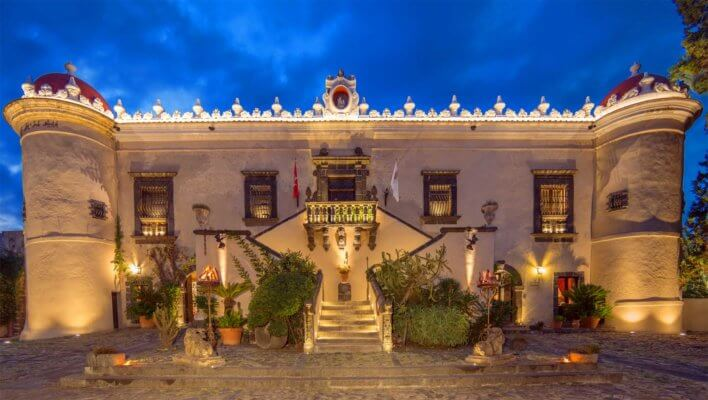 Façade d'une demeure italienne illuminée la nuit