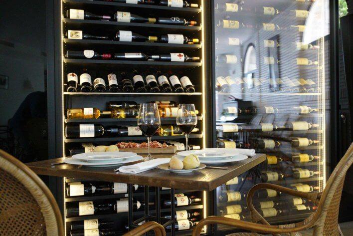 Table dressé pour une dégustation de vin et fromage