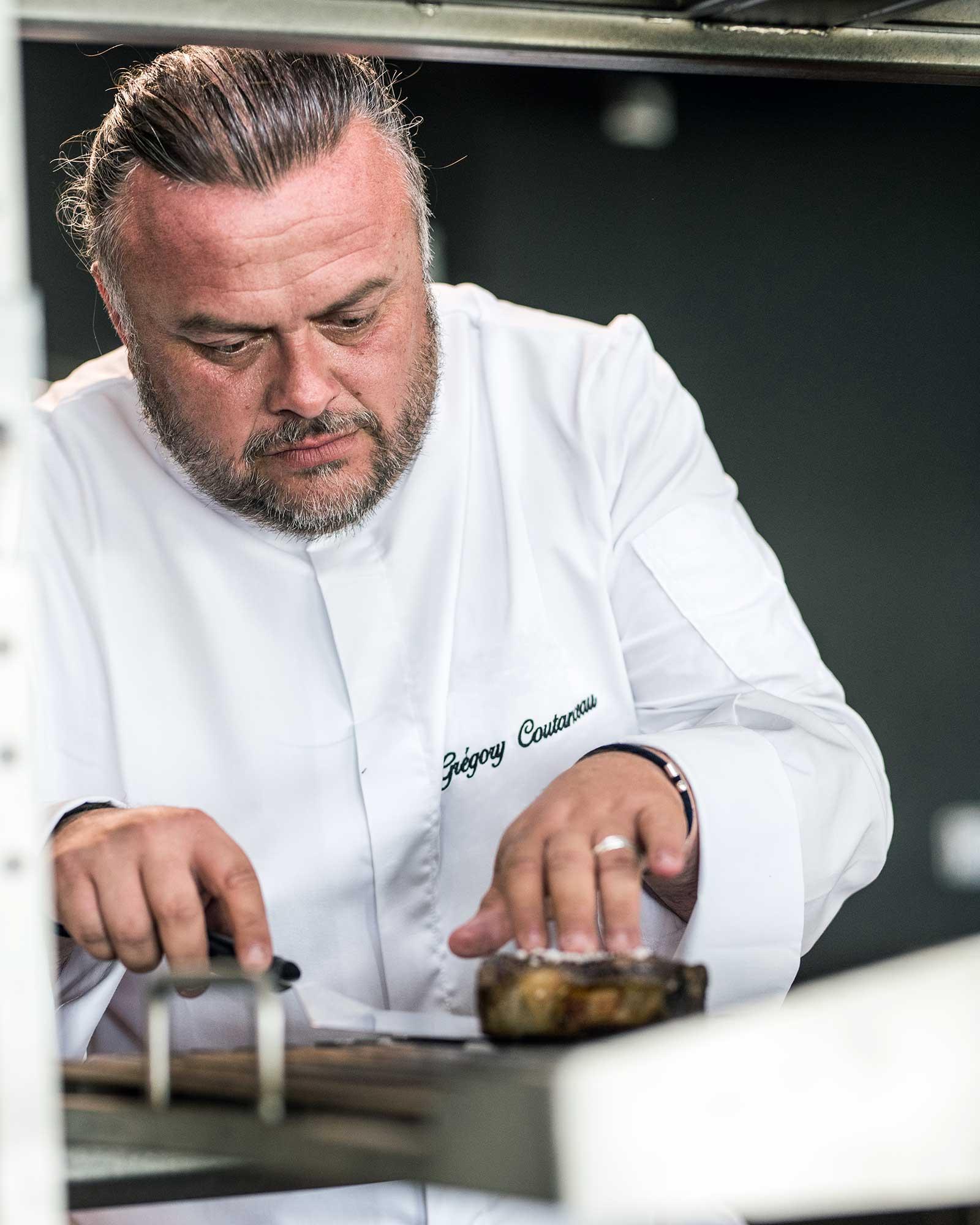 Photo d'un chef devant son grill