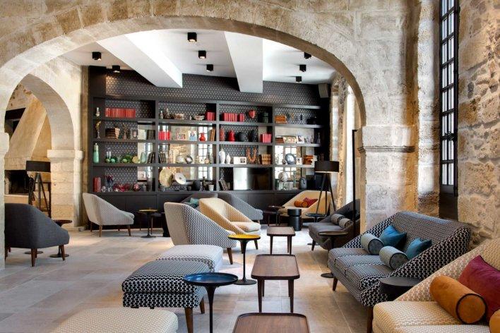 Salon avec bibliothèque et pierre blanche
