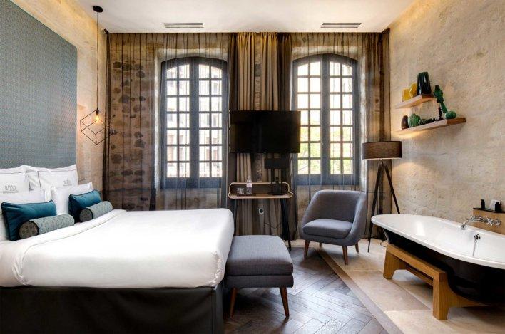 Chambre contemporaine à la décoration sobre et design