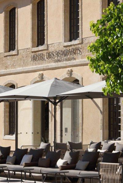 Façade d'un hôtel avec terrasse ombragée