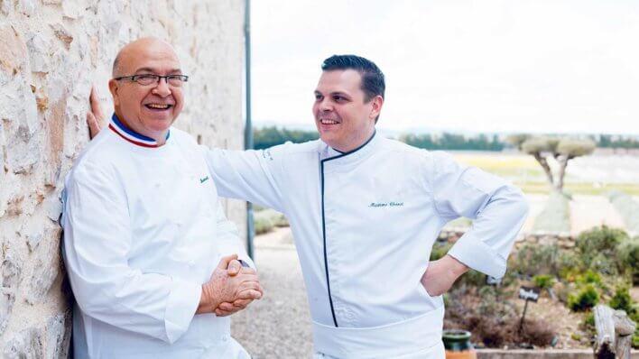 Deux chefs en veste blanche en extérieur