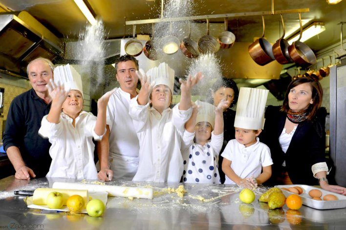Photo de famille en cuisine, préparant un gâteau