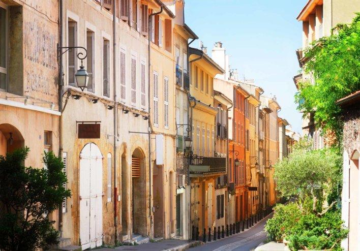Ruelle d'Aix-en-Provence avec alignement de maisons mitoyennes colorées