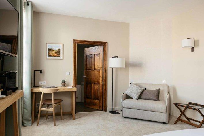 Chambre avec mobilier contemporain, décoration épurée