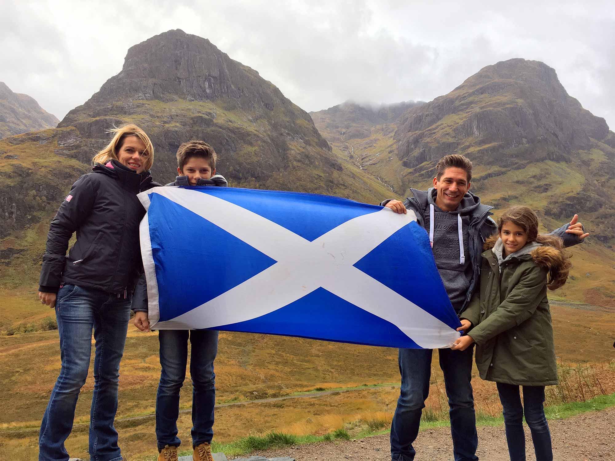Photo de famille dans un paysage écossais