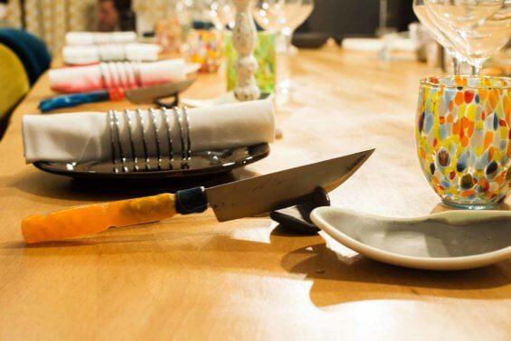 Détail de table dressée avec plusieurs éléments de différentes couleurs